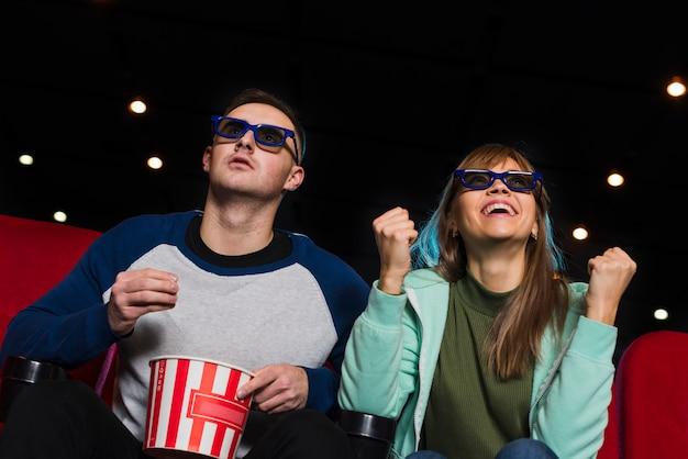 Couple au cinéma Photo gratuit