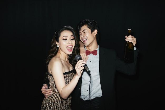 Couple au karaoker Photo gratuit
