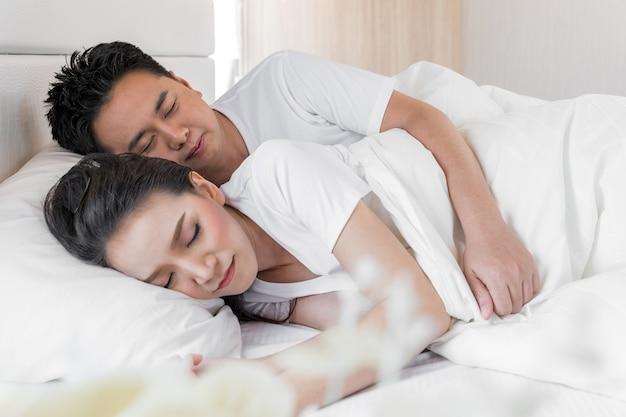 Couple au lit Photo Premium