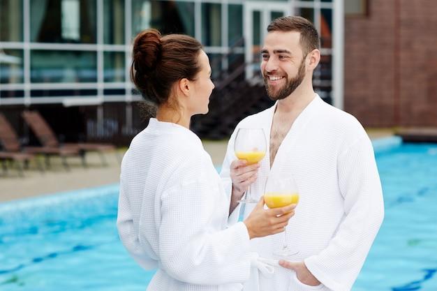 Couple au spa Photo gratuit