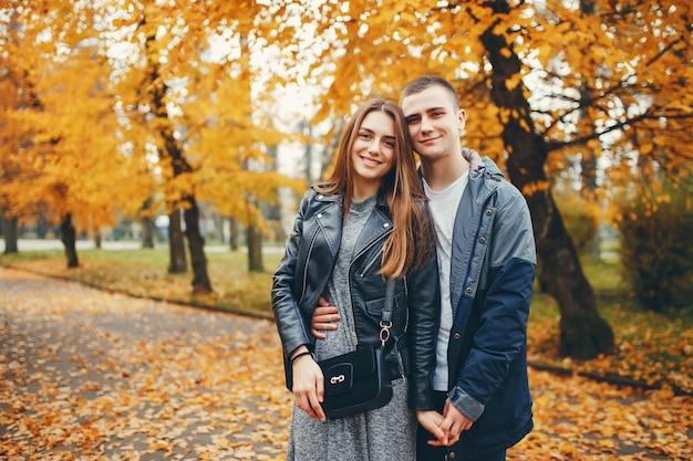 Couple, automne, parc Photo gratuit