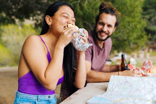Couple, avoir, collation, dehors, table Photo gratuit