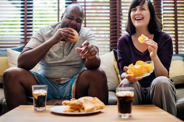Couple, avoir, fast-food, canapé Photo Premium