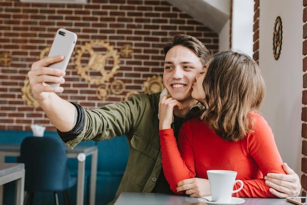 Couple ayant un café au restaurant Photo gratuit