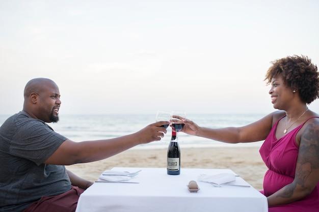 Couple ayant un dîner romantique à la plage Photo Premium