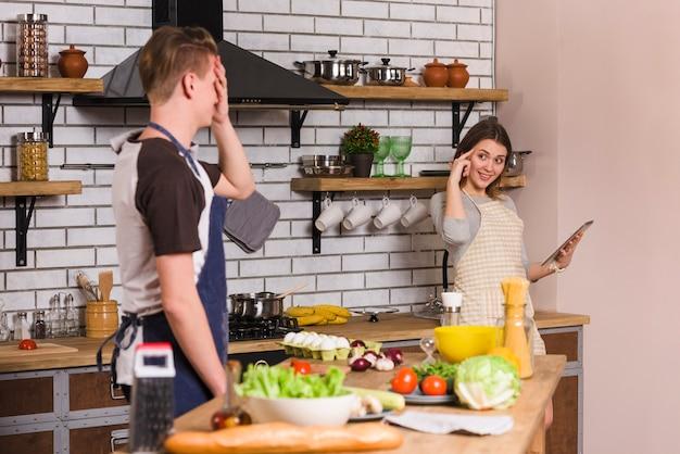 Couple ayant du bon temps ensemble dans la cuisine Photo gratuit