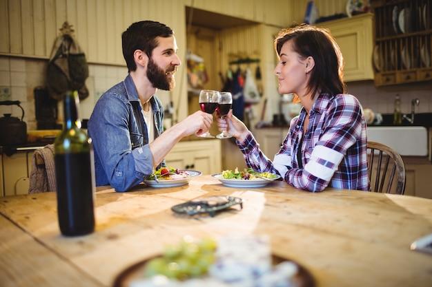 Couple ayant du vin et petit-déjeuner Photo gratuit