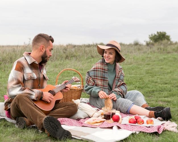 Couple Ayant Un Pique-nique Dans La Nature Photo Premium