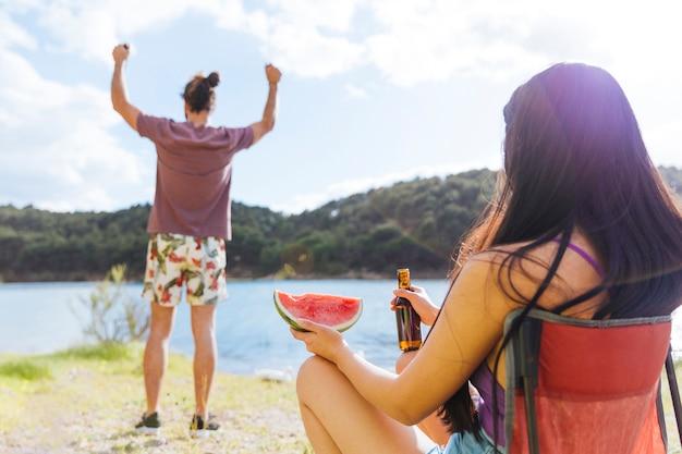 Couple ayant pique-nique sur la plage Photo gratuit