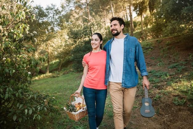 Couple Ayant Un Pique-nique Photo gratuit
