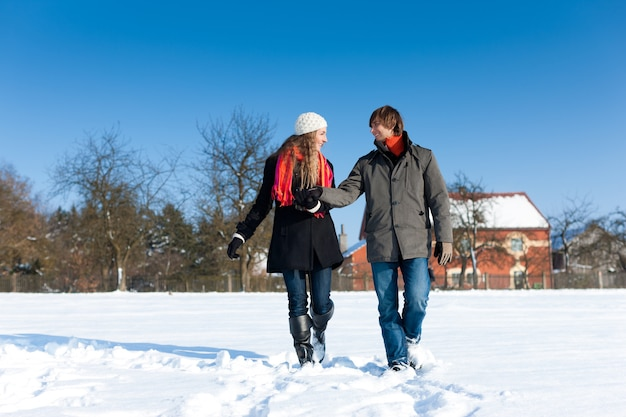 Couple ayant une promenade d'hiver Photo Premium