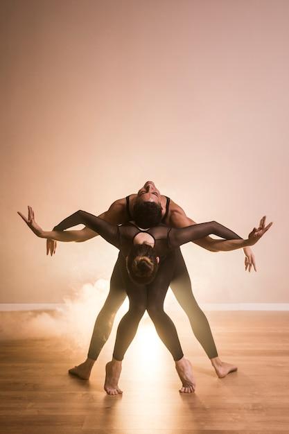 Couple de ballet vue de face Photo gratuit