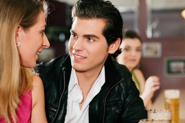 Couple, bar, boire, bière, flirter Photo Premium