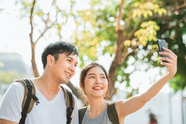 Un couple de blogueurs asiatiques voyage à bangkok, en thaïlande Photo gratuit