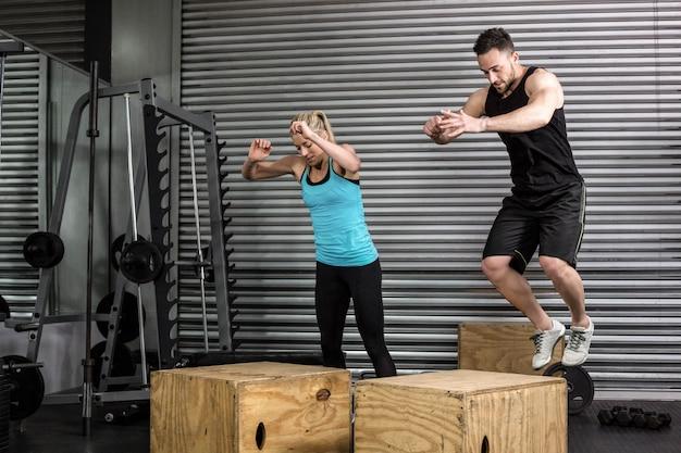 Couple, boîte, sauts, gymnase, à, gymnase crossfit Photo Premium