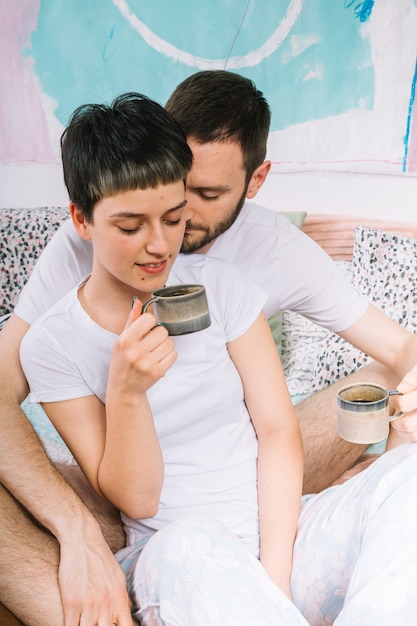 Couple buvant du café le matin Photo gratuit