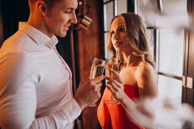 Couple Buvant Du Champagne Dans Un Restaurant Le Jour De La Saint-valentin Photo gratuit