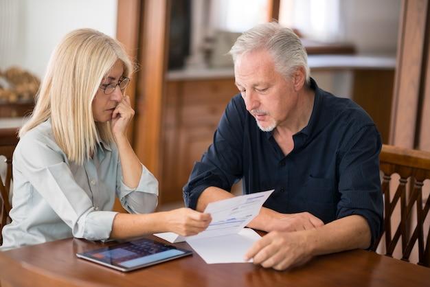 Couple calculant leurs dépenses ensemble Photo Premium