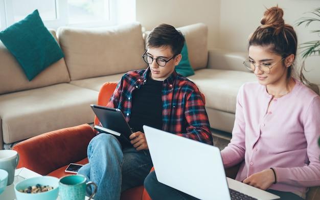 Couple Caucasien Concentré à La Maison Travaillant à Distance Photo Premium