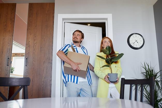 Couple Caucasien Déménage Dans Un Nouvel Appartement Photo Premium