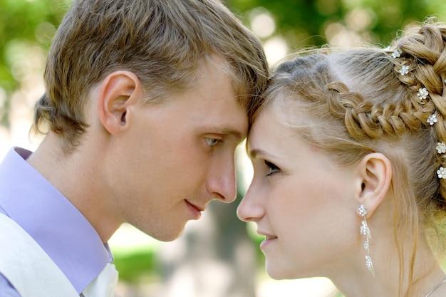 Couple caucasien nouvellement marié Photo Premium