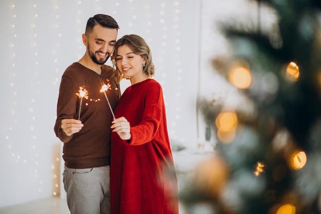 Couple Célébrant Noël Ensemble à La Maison Photo gratuit