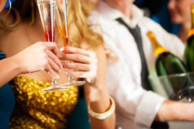 Couple avec champagner en club ou en soirée Photo Premium