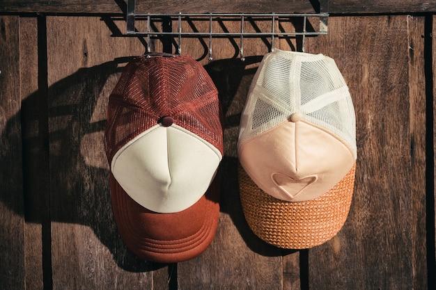 Couple, chapeau, homme, femme, accrocher dessus, mur bois Photo Premium