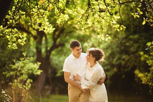 Couple charmant et à la mode amoureux dans le parc Photo Premium