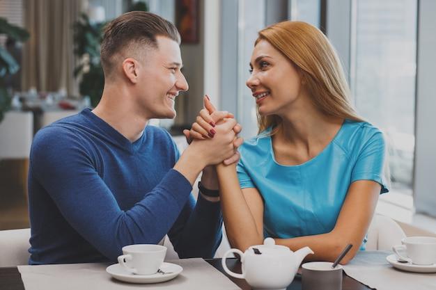 Couple charmant, petit déjeuner ensemble au restaurant Photo Premium