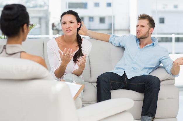 Couple en colère parle à leur thérapeute Photo Premium