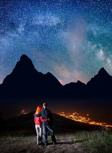 Couple Sur La Colline Sous Les étoiles Brillantes Photo Premium