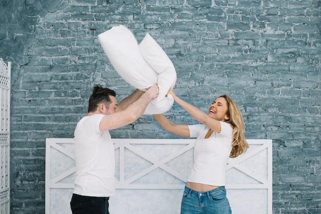Couple, combats, oreillers Photo gratuit