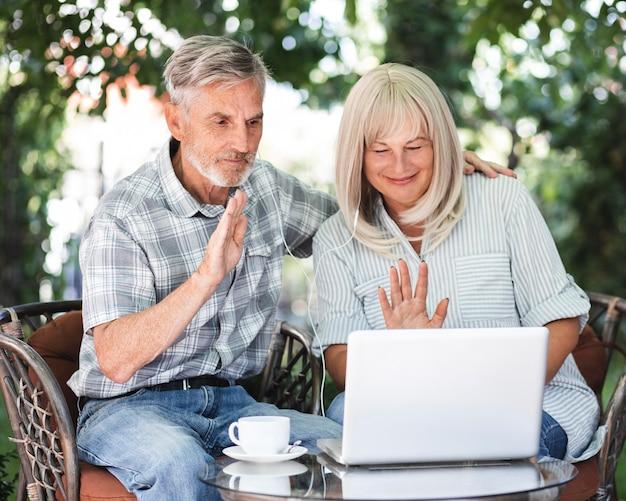Couple Coup Moyen Agitant à L'ordinateur Portable Photo gratuit