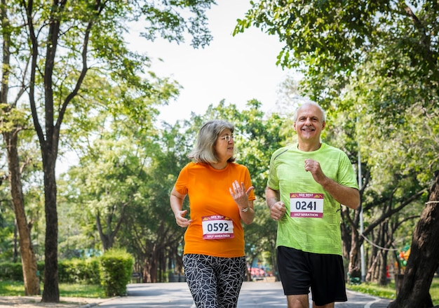 Couple courir ensemble dans une course Photo Premium