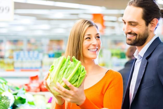 Couple, courses, supermarché Photo Premium