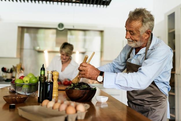 Couple cuisine dans la cuisine ensemble Photo gratuit