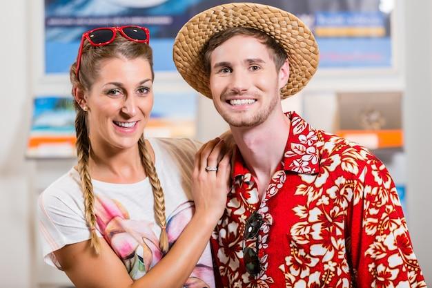 Couple dans une agence de voyage Photo Premium