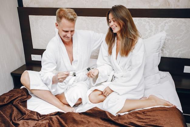 Couple dans un hôtel Photo gratuit