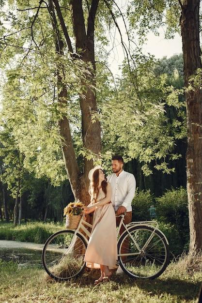Couple Dans Un Parc D'été. Les Gens Avec Vélo Vintage. Fille Au Chapeau. Photo gratuit