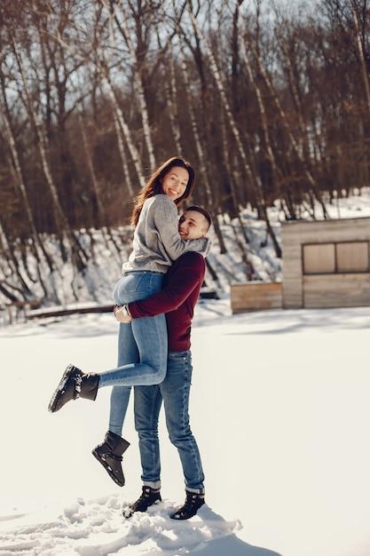 Couple dans un parc d'hiver Photo gratuit