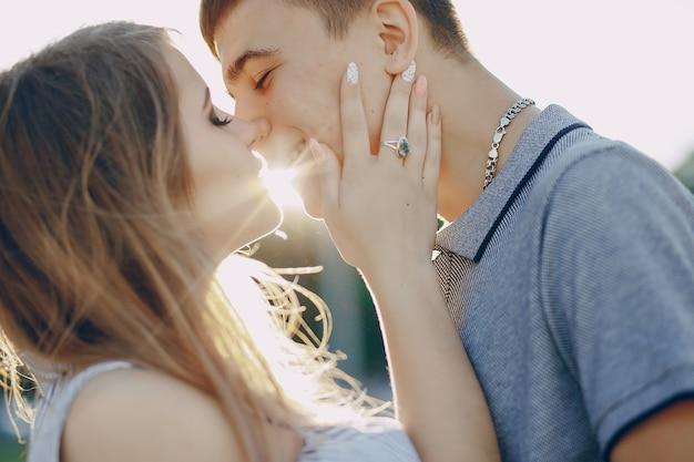 Couple dans une plage Photo gratuit