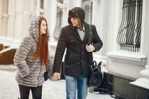 Couple dans une ville d'hiver Photo gratuit