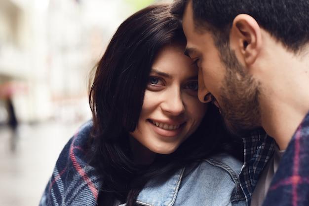 Couple dans les yeux de fille heureuse extérieure couverture confortable. Photo Premium