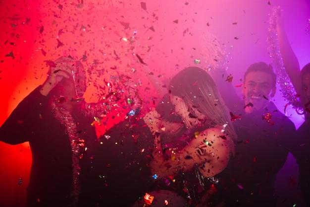 Couple Dansant Célébrant En Club Photo gratuit