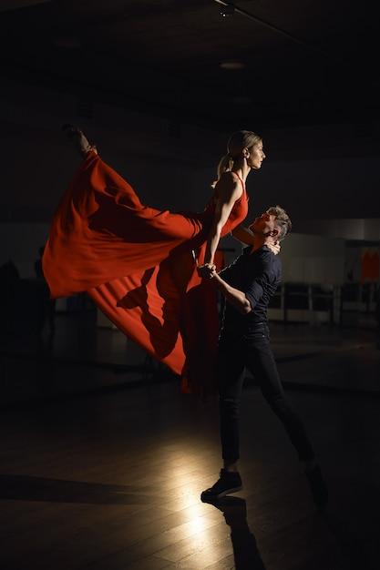 Couple De Danse Passion, Femme Sautant Photo gratuit