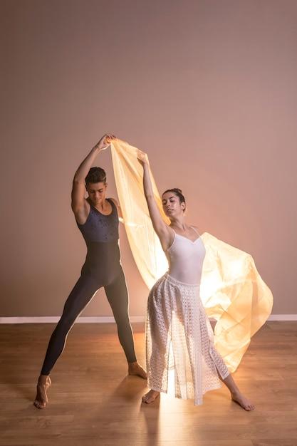 Couple de danseurs de vue de face posant ensemble Photo gratuit
