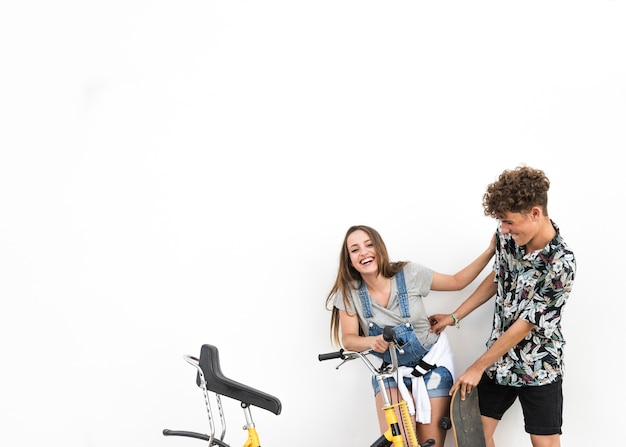 Couple, debout, contre, toile de fond blanc, tenue, vélo, amusement Photo gratuit