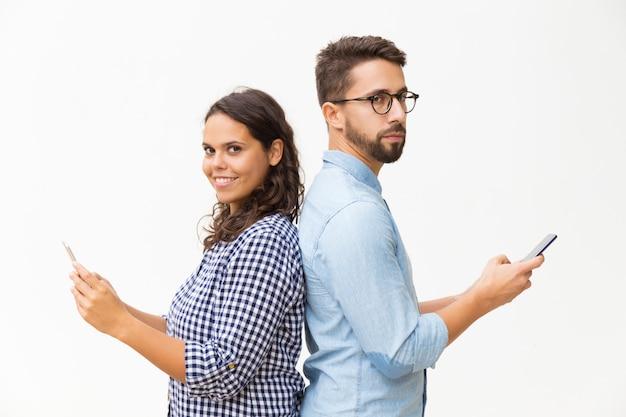 Couple, Debout, Dos à Dos, Utilisation, Cellphones Photo gratuit