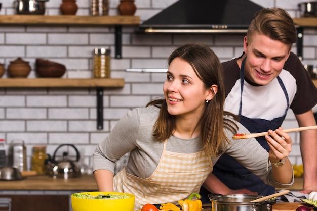 Couple dégustant un repas cuisiné Photo gratuit